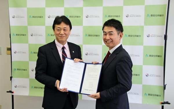 業務提携を結んだ真岡信組の塚田義孝理事長(左)とサクシードの水沼啓幸社長