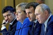 ウクライナ問題で記者会見するマクロン仏大統領(右から2人目)、メルケル独首相(同3人目)ら=ロイター