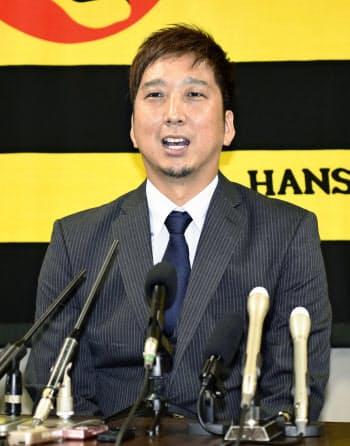 契約更改し、記者会見する阪神の藤川(10日、兵庫県西宮市の球団事務所)=共同