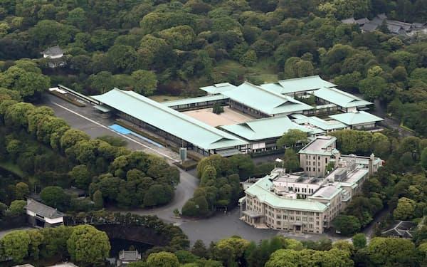 皇居の宮殿(中央)と宮内庁