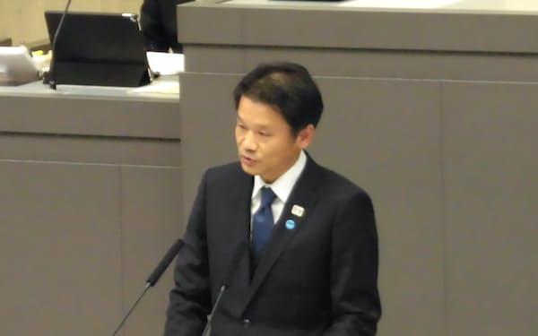 都議会の代表質問に答える宮坂副知事(10日、都議会本会議場)