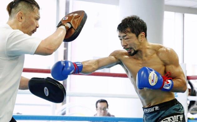 公開練習でミット打ちをする八重樫東(10日、横浜市の大橋ジム)=共同