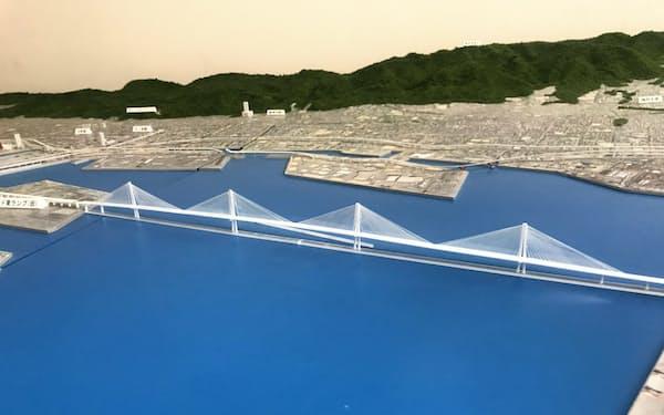 神戸港に建設される連続斜張橋の模型