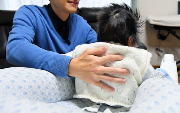 赤ちゃんをあやす父親
