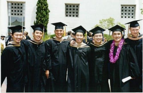 米国留学時に経営学修士を取得した(吉野社長は左から3人目)