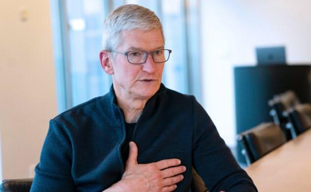 記者の質問に答えるアップルのティム・クックCEO(10日、東京都中央区)