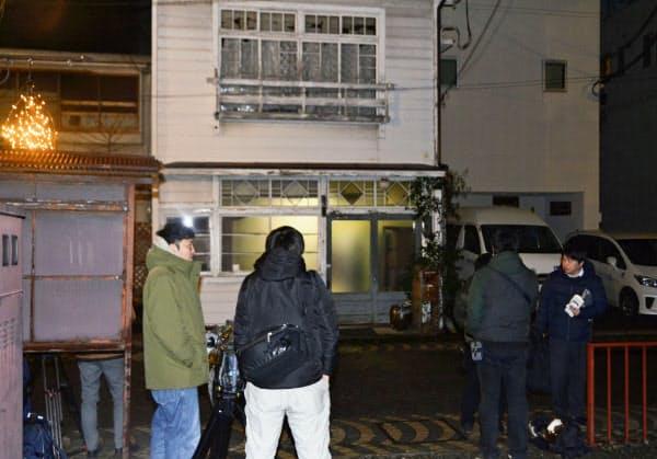銃撃事件を受け、玉沢元衆院議員の自宅周辺に集まった報道関係者ら(10日夜、盛岡市)=共同