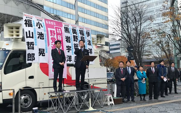街頭演説する立民の福山幹事長(10日、JR有楽町駅前)