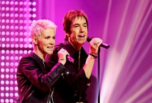 テレビ番組で歌を披露するロクセットのマリー・フレデリクソンさん(左)とペール・ゲッスルさん=2006年10月21日、ドイツ・ハンブルク(ロイター=共同)