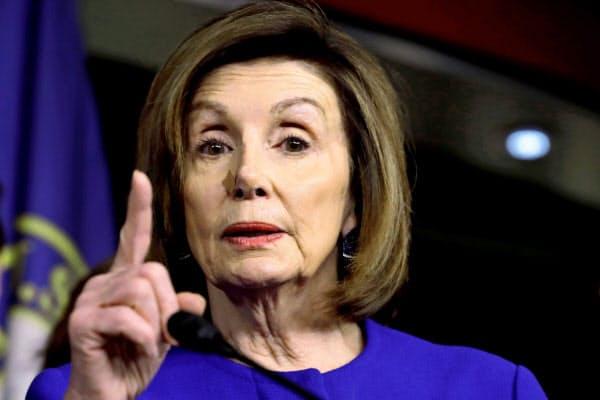 10日、政権と新NAFTAの修正協議で合意したことを発表した民主党のペロシ下院議長=ロイター