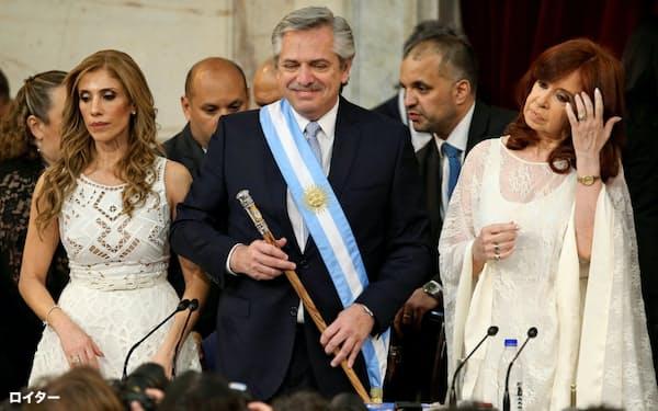 議会での就任式に臨むアルゼンチンのアルベルト・フェルナンデス大統領(中)(10日、ブエノスアイレス)=ロイター