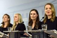 フィンランドの首相に選ばれたマリン氏(右から2人目)と3人の女性閣僚=ロイター