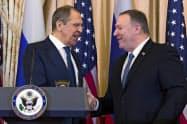 10日、ロシアのラブロフ外相(左)と記者会見に臨んだポンペオ米国務長官(ワシントン)=AP
