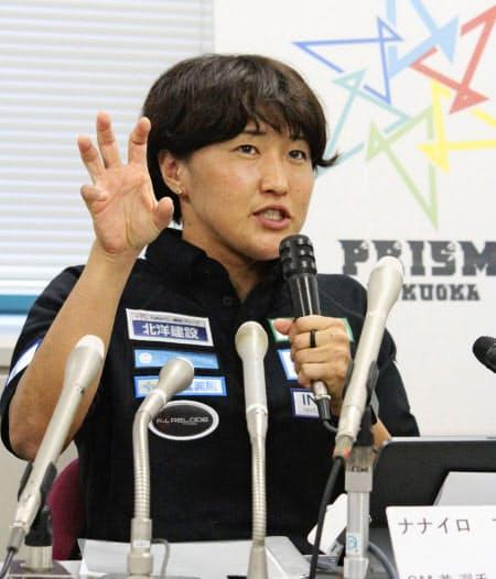 ラグビー7人制女子の新チーム「ナナイロプリズム福岡」の設立記者会見で目標を語る、GM兼任の選手として加入する日本代表主将の中村知春(10日、福岡市)=共同