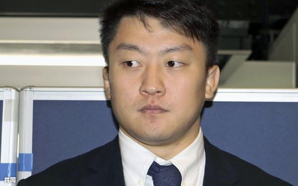マスターズ大会へ出場するため、成田空港を出発する柔道男子100キロ超級の原沢久喜(11日)=共同