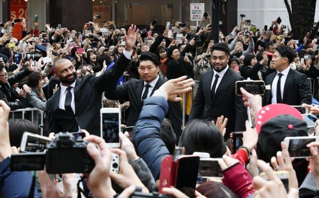 パレードでファンに応えるラグビー日本代表の選手ら(11日、東京・丸の内)