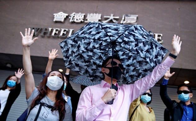 香港での抗議デモは7カ月目に入り、社会の分裂や対立の影響が職場内にも広がっている=ロイター