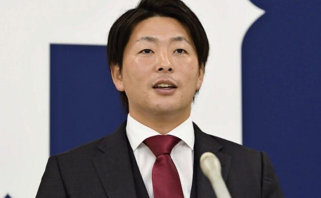契約交渉後、記者会見する広島の大瀬良(11日、マツダスタジアム)=共同