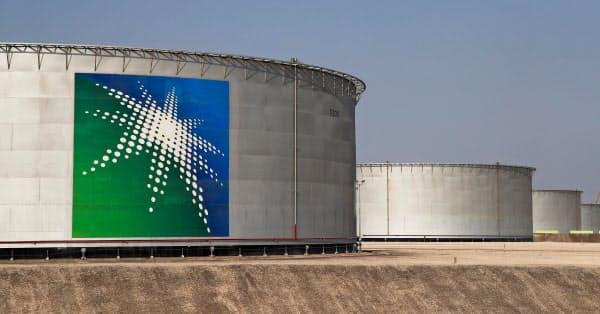 サウジアラビア東部アブカイクにあるサウジアラムコの石油タンク=ロイター