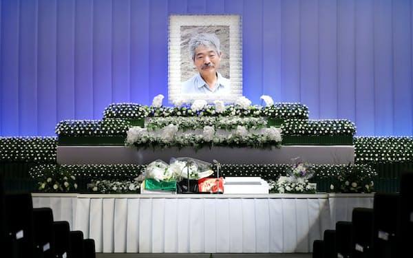 中村医師の葬儀で祭壇に置かれた遺影と遺体が納められたひつぎ(11日、福岡市)
