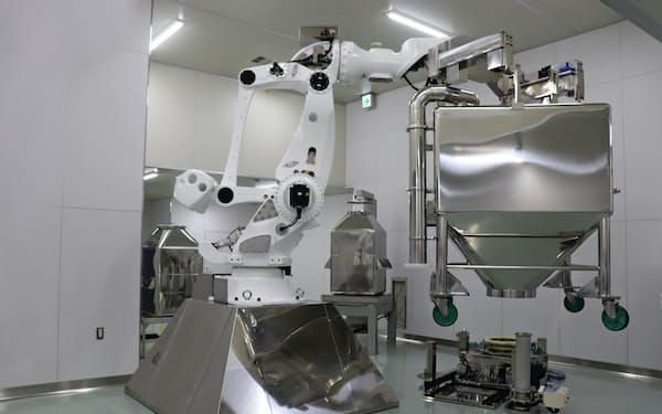 ツムラは漢方薬の調合や抽出を行う工程でロボットを活用する