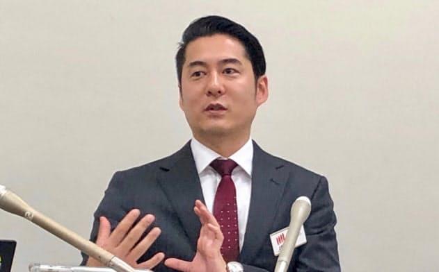 記者会見するマクアケの中山亮太郎社長(11日、東証)