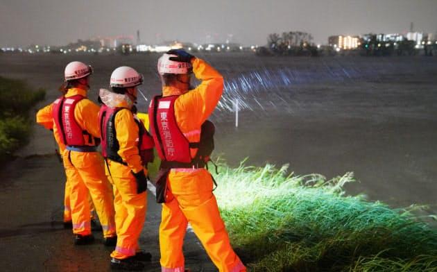 増水した多摩川からの水が水路を逆流し、標高の低い地域が浸水した(10月12日夜、東京都大田区)