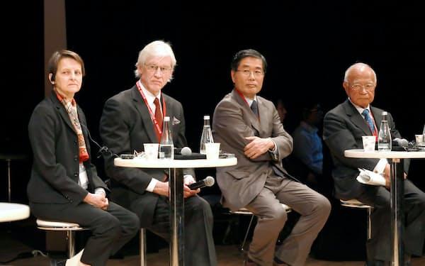 日仏ビジネスサミットで討論する(左から)ニケ、ライアン、鈴木、内海の各氏(11日、東京都千代田区)
