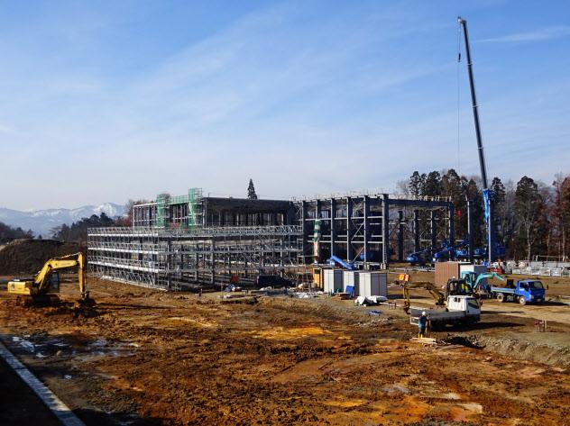 飯豊町が建設し賃貸するセパレータデザインの工場(11日、山形県飯豊町)