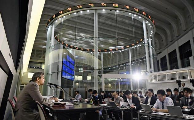 JICの前身である産業革新機構が投資したジャパンディスプレイは苦戦が続く。東京証券取引所で赤字決算を発表する菊岡稔社長(左端)=11月13日午後、東京・日本橋兜町