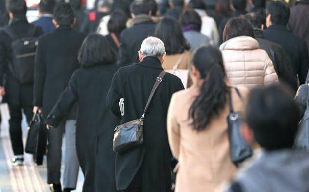 雇う側と雇われる側の双方が満足できる制度が求められている(シニア世代の通勤風景)