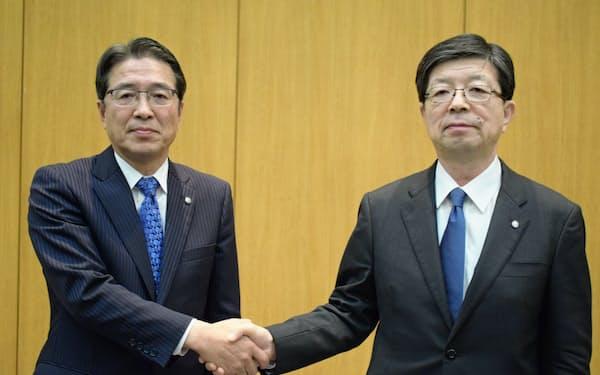 東北電力の原田宏哉社長(右)と次期社長の樋口康二郎副社長(左)(11日、仙台市)