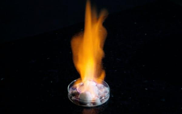 「燃える氷」といわれるメタンハイドレート(資源エネルギー庁提供)