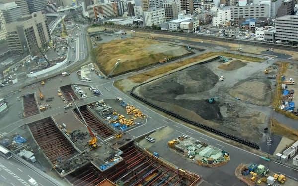 うめきた2期の南街区予定地(奥)。北梅田駅(仮称、手前)の地下空間を掘削した残土処理が課題(11月中旬)