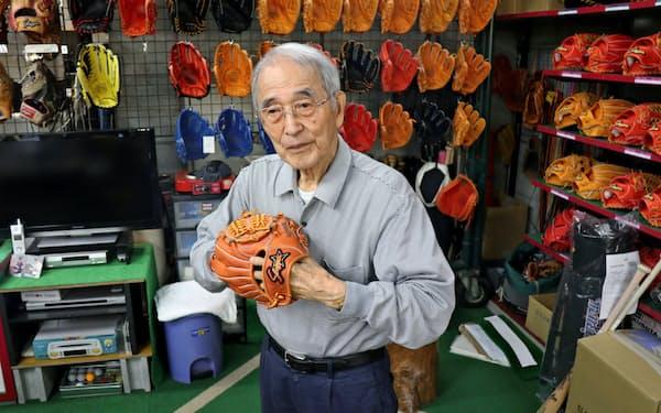 「現代の名工」に選ばれた江頭さんは選手目線のグラブづくりを続ける