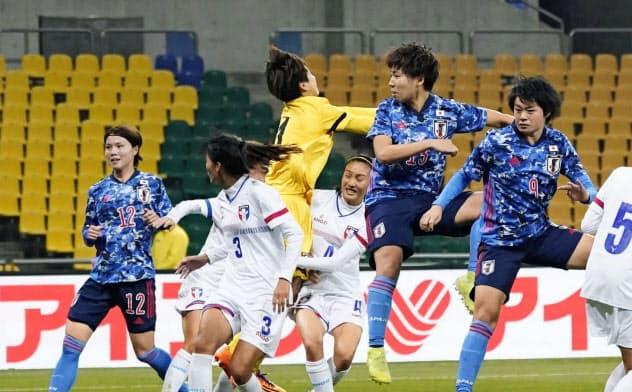 日本―台湾 後半、ヘディングでゴールを決める清家=右から2人目(11日、釜山)=共同