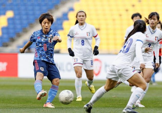 日本―台湾の前半、先制ゴールを決める岩渕(左端)=共同