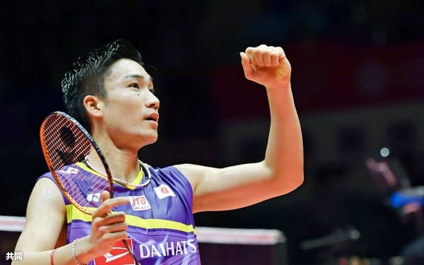 男子シングルス1次リーグで台湾選手に勝利しガッツポーズの桃田賢斗。東京五輪出場を確実にした(11日、広州)=共同