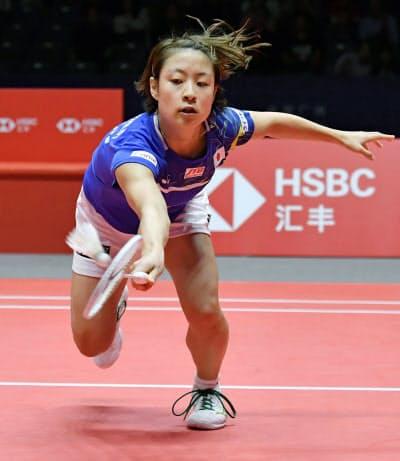 女子シングルス1次リーグ 台湾の戴資穎と対戦する奥原希望(11日、広州)=共同