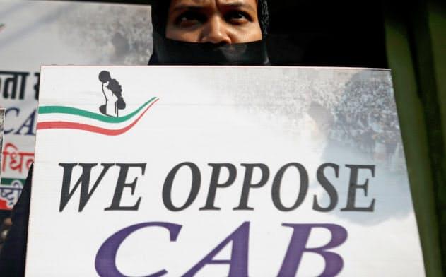 非イスラム教徒を優遇するインドの国籍付与法に抗議する女性(12月11日、ムンバイ)=ロイター