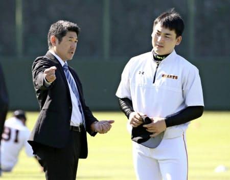 丸(右)と話す巨人の石井野手総合コーチも今オフ、ヤクルトから移籍=共同