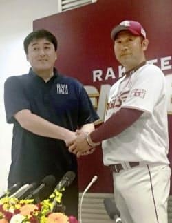 楽天の石井一久GM(左)は三木新監督を選手時代から知っている=共同