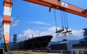 巨大ドックで資源船を建造する三菱重工の長崎造船所香焼工場(長崎市)