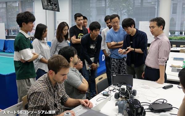 若手技術者らがAIによる自動走行を学ぶ(スマートSEの実習風景=同コンソーシアム提供)