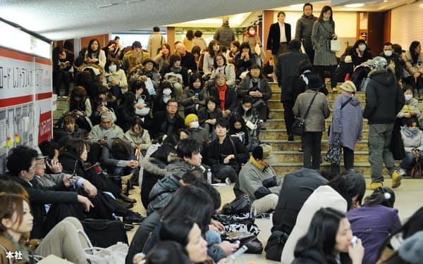 東日本大震災では東京の各地で帰宅困難者が発生した(2011年3月11日、東京・新宿駅)