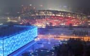 北京五輪のメーン会場になった「鳥の巣」と隣接する「水立方」(左)