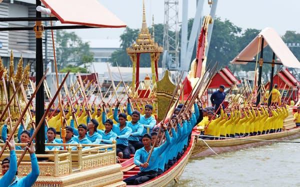 水上パレードの練習をするタイ海軍のこぎ手ら(10月、バンコク)=石井理恵撮影