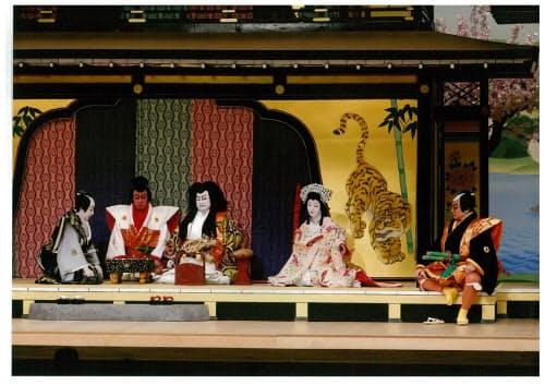 中村鴈治郎(左から3人目)が敵役松永大膳の風格を体現した「金閣寺」