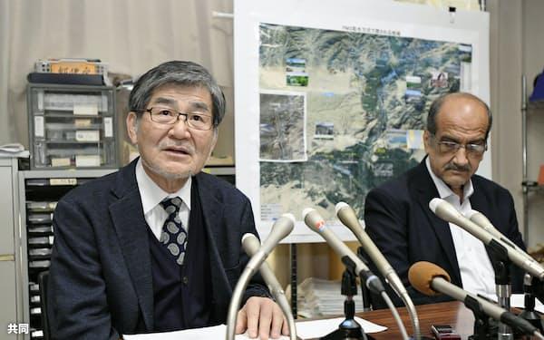 記者会見するNGO「ペシャワール会」の村上優会長(左)と医師のジア・ウルラフマンさん(12日午後、福岡市)=共同