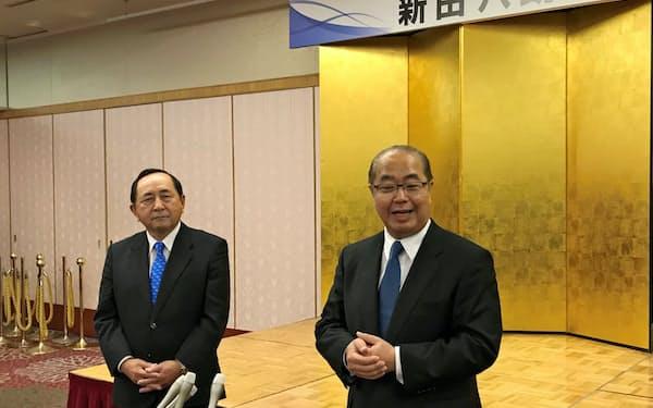 立候補を表明した後、報道陣の取材に応じる新田八朗氏(右、11日・富山市内)